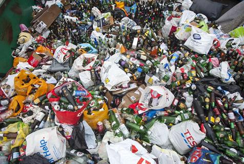 英国垃圾场新年后数万空瓶堆积成山