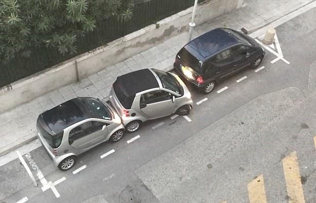 法女子两车夹缝中成功侧位停车 前后车八次被蹭