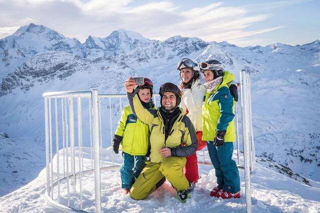 """瑞士首个""""自拍站""""向滑雪者开放 海拔近3000米"""
