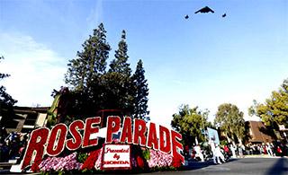 美军B2轰炸机和F35编队飞过橄榄球场庆新年