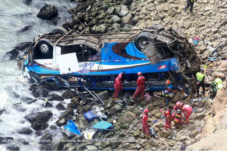 """秘鲁""""恶魔弯"""":一辆巴士撞卡车坠崖 至少48人死亡"""