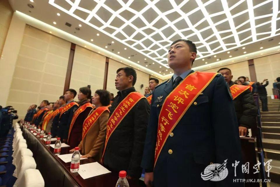 中国空军为飞行员家庭颁荣誉匾 专家:注重软实力