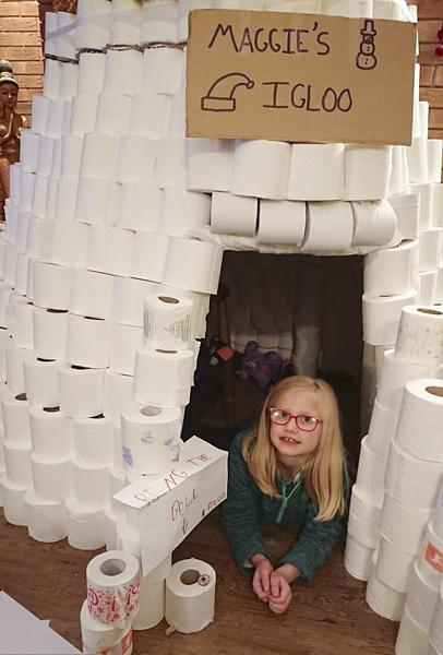 英8岁自闭女童喜好用厕纸当玩具 能垒出城堡