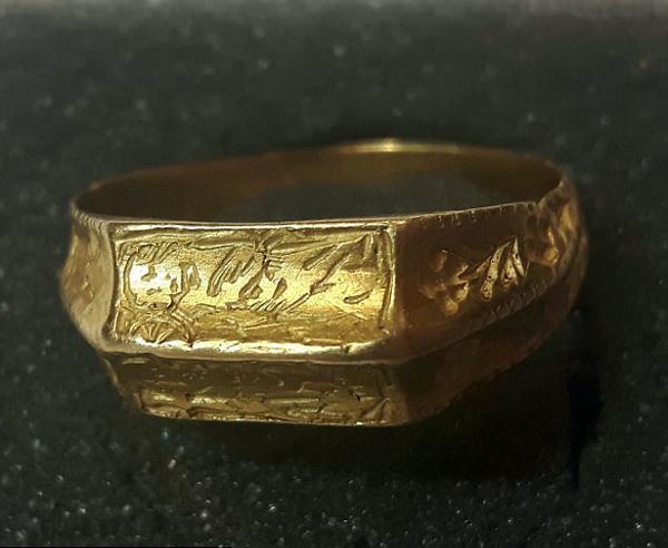 英财宝猎人乡间觅得一枚中世纪主教金戒指
