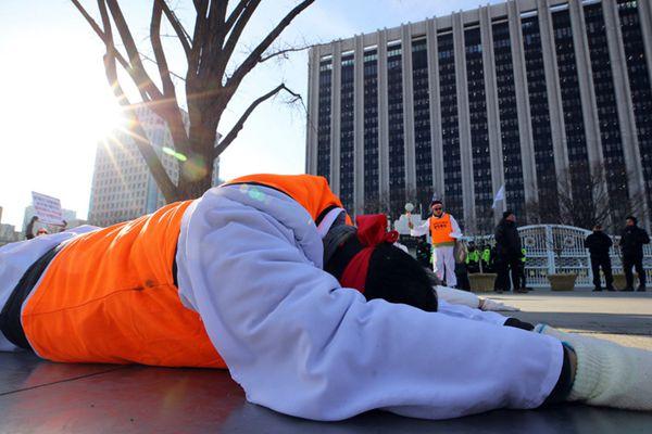 韩国遭解雇公务员抗议失业 寒冬天一路大拜