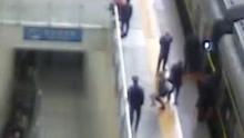 惊魂3秒!旅客翻火车站栏杆跳高台 民警一把拽住脚