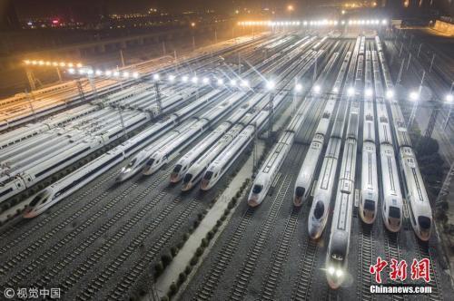 资料图:2017年12月5日夜,陕西西安,西安动车段存车线,一列列和谐号动车组整装待发迎接西成高铁的开通。2017年12月6日,中国首条穿越秦岭的高速铁路――西成高铁将全线开通。 图片来源:视觉中国