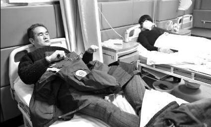 醉酒男子听到急救费突然清醒 打伤医生后醉驾离开