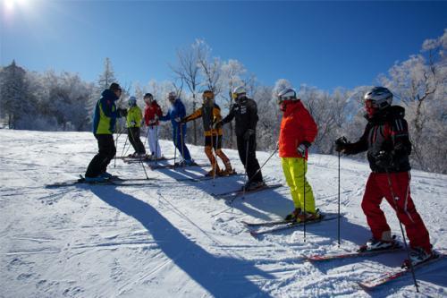 """群众冰雪运动热 滑雪教练成""""抢手""""职位"""