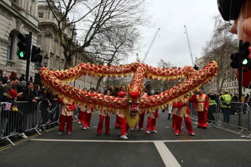 伦敦华埠商会新年巡游舞35米长金龙 民众欢迎