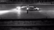 行车大道夜练漂移,指挥男子险象环生拍视频