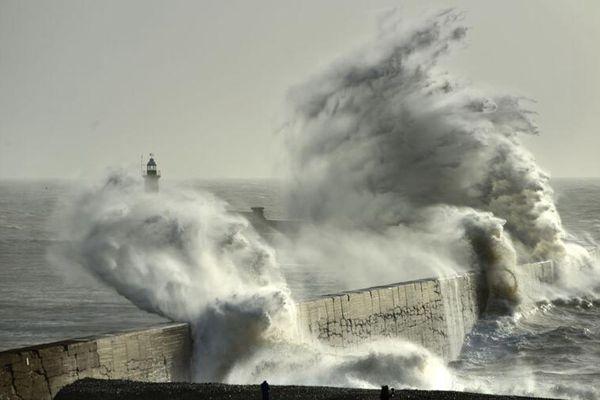 欧洲多国遭风暴袭击 法国全国20万户家庭断电