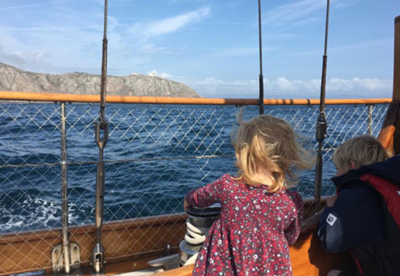 英国失业商人带家人航海 钱不花完不回家