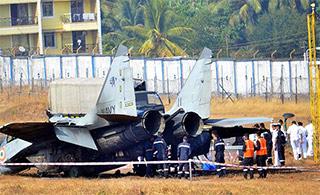 印度米格-29K舰载战斗机以头抢地 起火燃烧