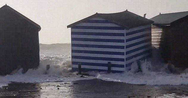 """风暴""""埃莉诺""""袭击英国 海滩小屋被海浪推走"""