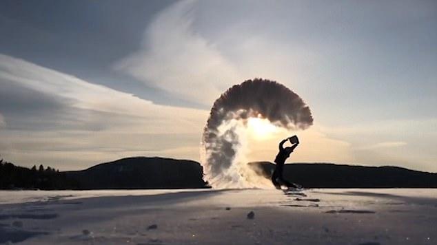 美翻!实拍加博主向空中泼开水瞬间变冰雾全过程