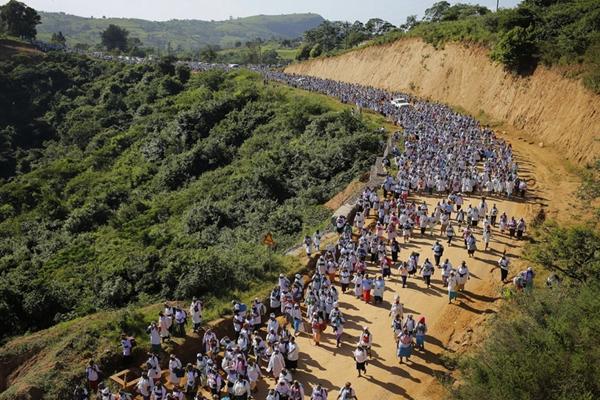 南非数千妇女赤脚徒步 参加谢姆贝教年度朝圣