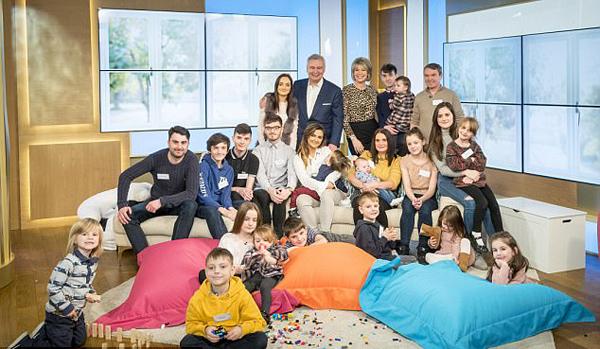 英最大家庭做客电视节目 20个孩子挤满现场