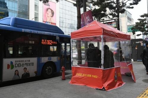 严寒中送温暖!首尔市在公交站台旁设避风帐篷
