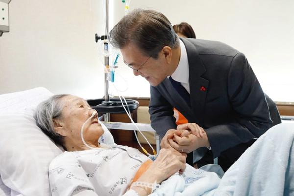 韩总统文在寅赴医院探望慰安妇受害老人