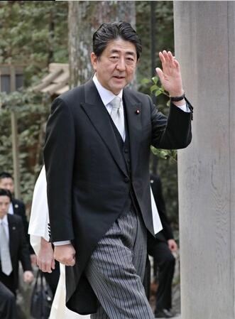 安倍连续6次新年参拜伊势神宫 与游客微笑握手