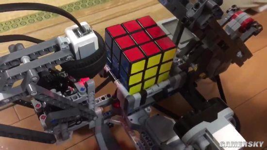 神操作!网友用乐高积木拼装机器人 还可玩魔方