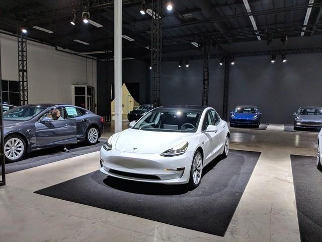 首批非员工车主终于拿到特斯拉Model 3