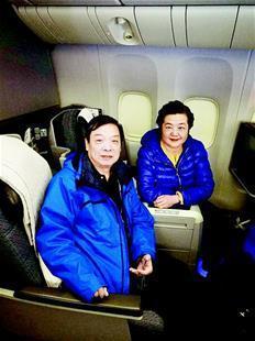 图为:老两口在飞机上
