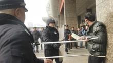 男子当街持刀砍人 民警出动防暴叉将其擒获
