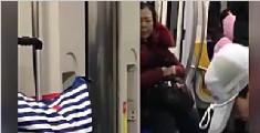 大妈地铁上魔性甩头乱吐口水 乘客纷纷躲避