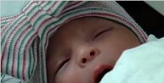 美国一对双胞胎跨年出生 相隔18分钟年龄差1岁