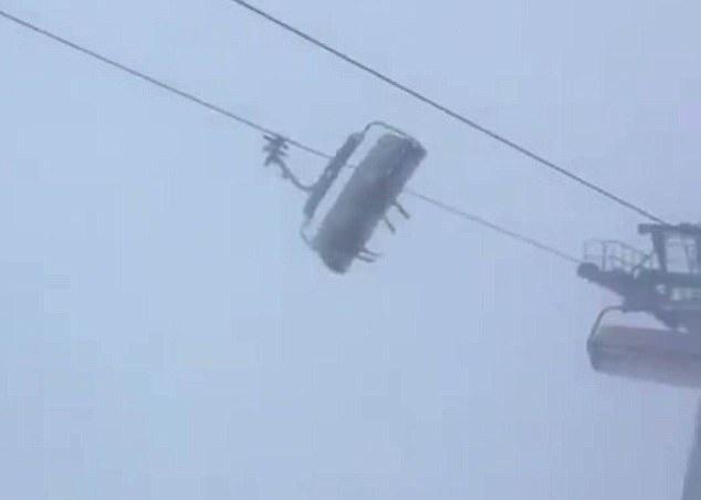 奥地利一滑雪场遭风暴席卷 缆车疯狂晃动摇摇欲坠