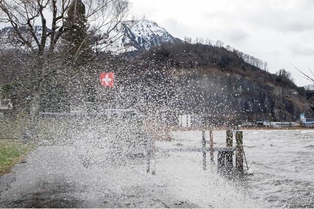 新年伊始瑞士遭受17级大风肆虐 交通瘫痪
