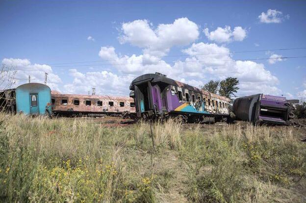 南非一辆火车与卡车相撞 造成至少18死254伤