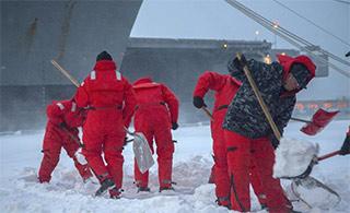 大雪过后水手全员上阵给航母铲雪