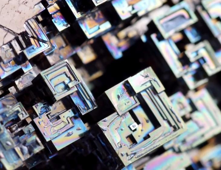 铋-有美丽彩虹结晶体的金属