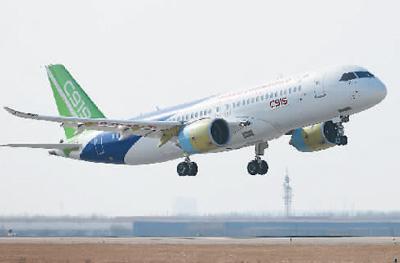 2017年12月17日,第二架C919大型客机在上海浦东国际机场完成首次飞行。 新华社记者 丁 汀摄