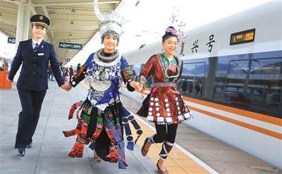 2017年12月27日,上海虹桥至昆明南G1373次复兴号动车组首次驶入贵州省境内凯里南站。  姜泽鹏摄(人民视觉)
