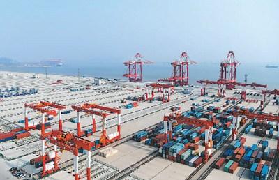 上海洋山深水港四期工程码头(局部)。 新华社记者 申 宏摄