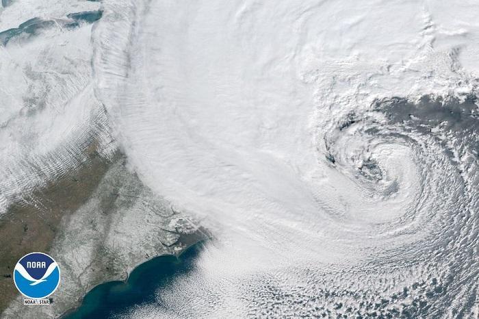NOAA公布卫星云图:美东海岸被巨型风雪暴笼罩