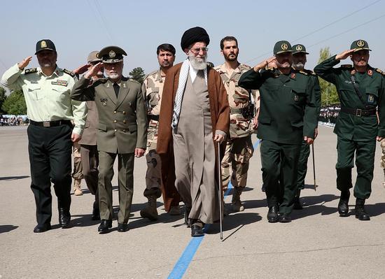 伊朗最高领袖哈梅内伊视察军队。资料图。