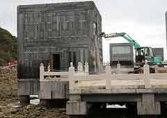 """海南三亚拆除未批先建的""""海上餐厅"""""""