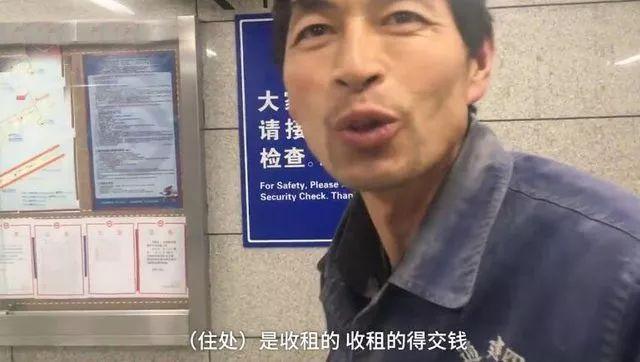 """线上赌博平台网址:寒夜里,一个""""脏兮兮""""的男人蹲在地铁站傻笑,原因让人落泪…"""