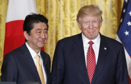 日媒称特朗普或降低核武使用门槛 安倍遇难题