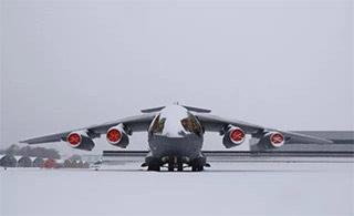 罕见运20大型运输机被大雪覆盖