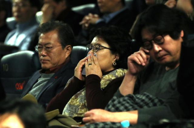 文在寅夫妇观看电影《1987》动情落泪