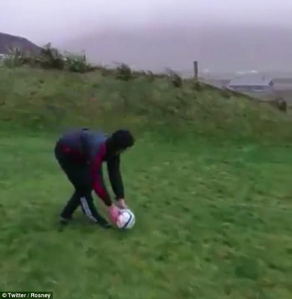 爱尔兰小伙风暴中踢球 多次被送回脚下