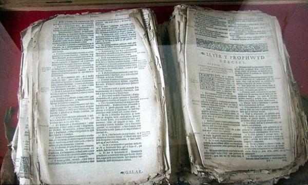 英威尔士400年圣经历经战火仍保存完好
