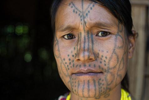 英摄影师拍缅甸部落女性 满脸刺青防侵犯