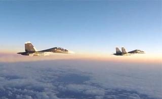 美军公布拦截俄战机影像:F-15战机两次拦截俄苏30